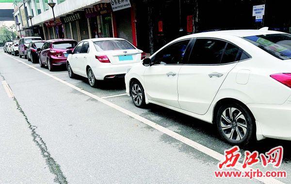 在鼎湖区平安西街,车辆有序停放。 西江日报记者 杨永新 摄