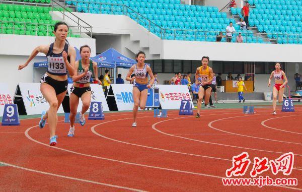 運動員在女子組400米比賽中。 西江日報記者 梁小明 攝