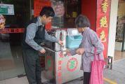 端州退伍军人邱卫东 为街坊提供免费茶水13年