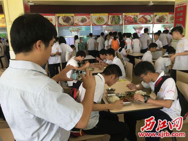APP自助领取彩金38学院附属中学高中部教务主任冯柳常拍摄学生用餐的视频和图片上 传到微信工作群,并和学生一起用餐。 西江日报记者 赖小琴 摄