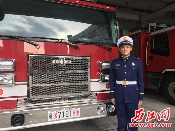 穿上新制服的曾宪发,踏上了消 防事业新征程。 西江日报记者 潘粤华 摄