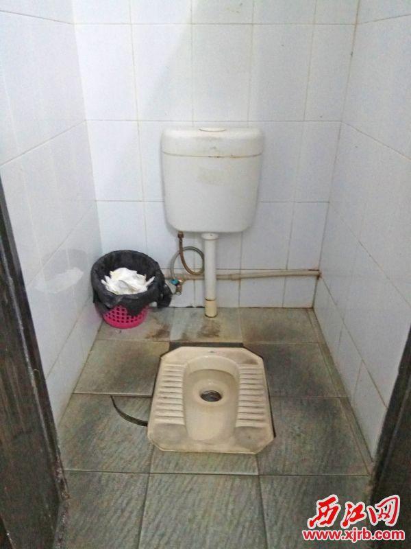 市第二人民医院收费大厅旁边 厕所环境脏乱。 西江日报记者 吴威豪 摄
