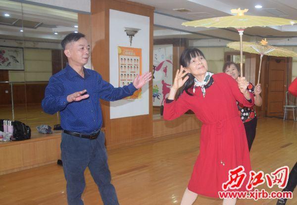 曹誠(左一)正在指導退休老人排舞。 西江日報記者 陳松連 攝