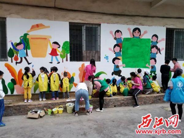 小志愿者們給墻壁繪上好看的圖畫。 受訪者供圖