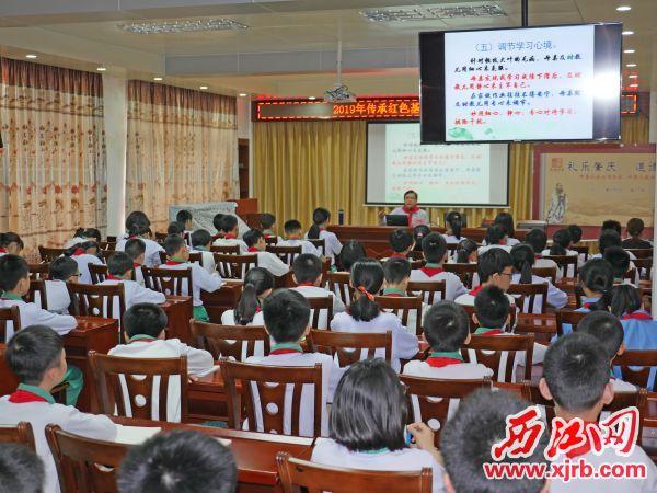 孙魁给学生上课。 西江日报记者 吴威豪 摄