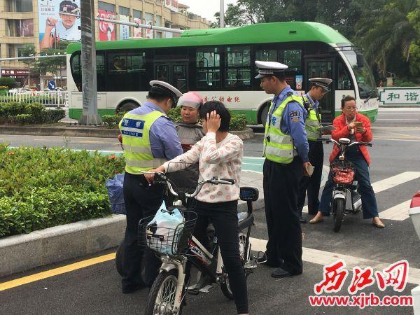 3辆在机动车道行驶的电动车被查处。 西江日报记者 赖小琴 摄