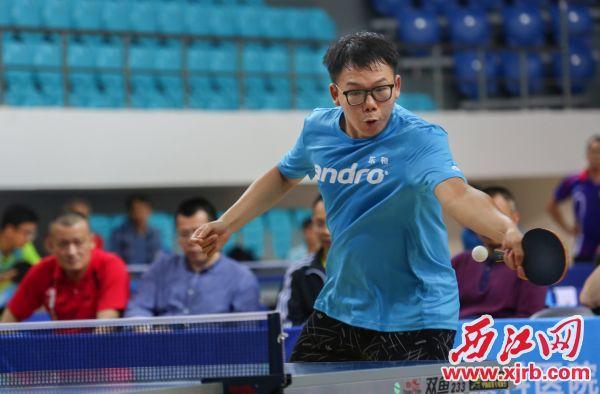 运动员在单打比赛中。 西江日报记者 梁小明 摄
