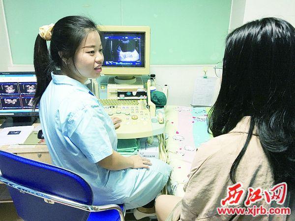 赖苑丹在耐心 为孕妇讲解情况。