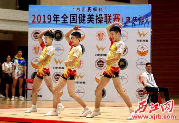 4月22日,全国健美操联赛(肇庆站)在肇庆市第一中学体育馆开 赛。800多位运动员、教练员来自全国20余个省、市。图为运动员在预 赛中。 西江日报实习生 曹笑 摄影报道