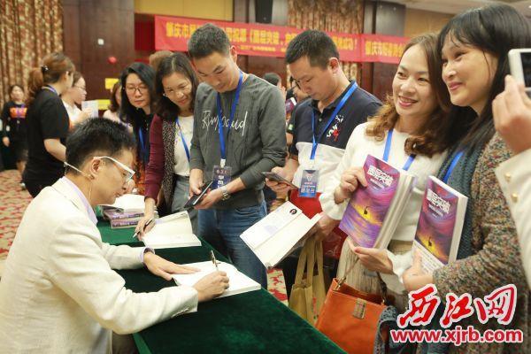黄启团老师签名售书现场,颇受肇庆读者欢迎。刘春林 摄
