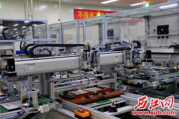 遨优动力电池有限公司的自动化电芯生产设备。 西江日报实习生 曹笑 摄