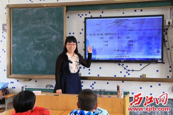 胡水珍正在上课。 西江日报记者 杨丽娟 摄