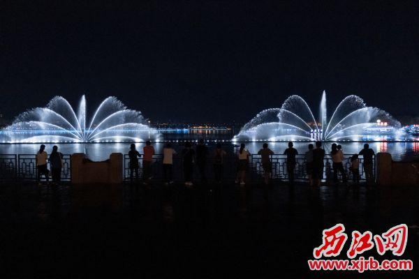 改造完成后的星湖牌坊音乐喷泉更加绚丽。 西江日报记者 吴勇强 摄