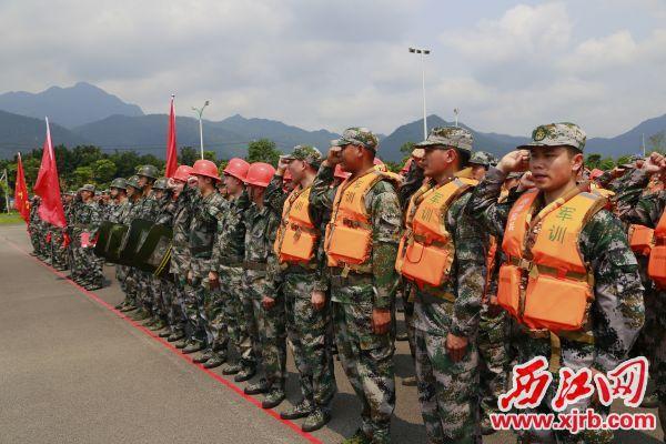 鼎湖民兵在授旗命名大会 庄严宣誓。 西江日报通讯员 宋楚和 摄