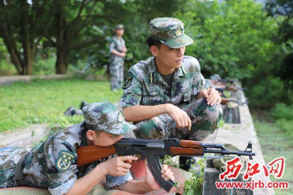 4月23日,德庆县人武部组织民兵应急连进行轻武器射击训练。 西江日报通讯员 聂海辉 摄