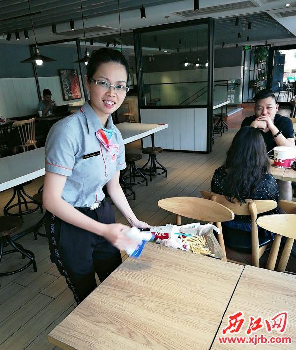 李飞燕在收拾餐桌。 受访者供图