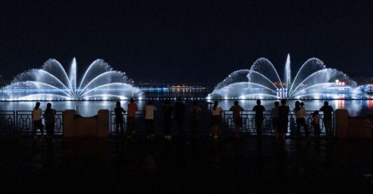 星湖牌坊音乐喷泉完成改造 数百种二维水型变化惊艳亮相