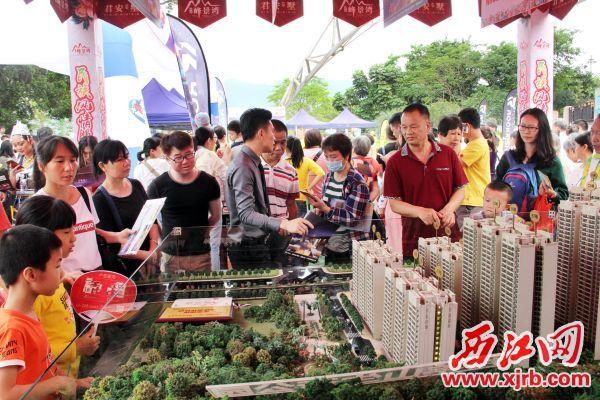 2019肇庆五一房产汽车文化节,吸引着 大批市民游客看房。西江日报实习生 曹笑 摄