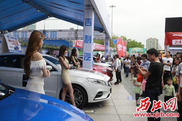 2019肇庆五一房产汽车文化节在牌坊广 场举行,人气火爆。 西江日报记者 刘春林 摄