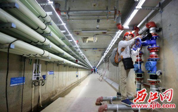 肇庆新区在市政配套工程建设中率先引入地下综合管廊概念,实施道路规划设计与综合管廊规划同步进行,在规划布局、设计理念等方面 走在全国前列。 西江日报记者 朱健兴 摄