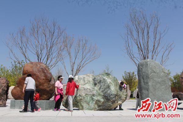 十吨广绿玉原石(右)亮相世园会,吸引一众游客眼球。 广宁县供图