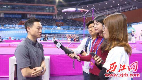 杨威在接受记者采访。 西江日报通讯员 李想 摄