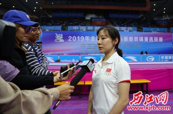 北京奥运会冠军邓琳琳接受媒体采访。 西江日报记者 梁小明 摄