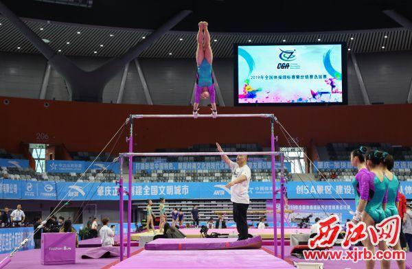 运动员进行赛前训练。  西江日报记者 梁小明 摄