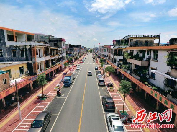 改造后的鼎湖区广利圩镇街道整洁,车辆停放有序。 西江日报记者 刘春林 摄