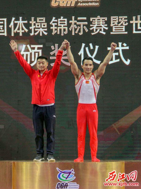 八一南昌 队邓书弟在领奖 台上。 西江日报实习生 曹笑 摄