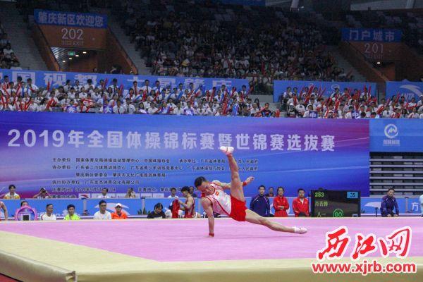 八一南昌队的肖若腾在男子自由体操比赛中。 西江日报实习生 曹笑 摄