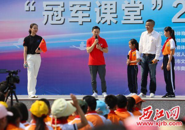 奥运会冠军杨威在活动现场与学生互动。 西江日报记者 梁小明 摄
