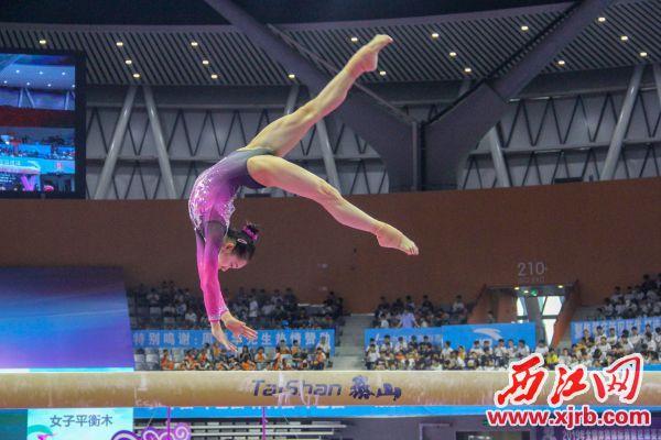 女子平衡木项目金牌获得者广东队的欧钰珊在比赛中。 西江日报实习生 曹笑摄