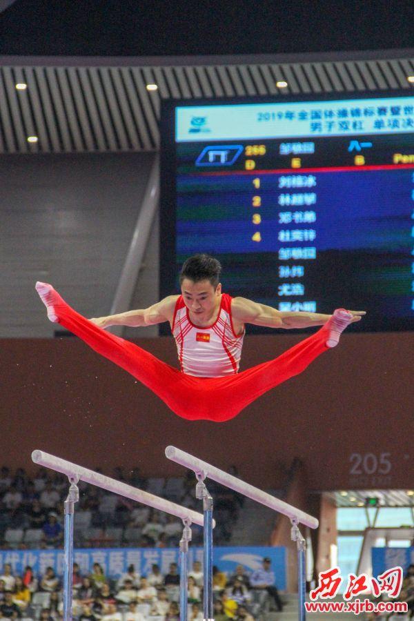 男子双杠项目金牌获得者八一南昌队的邹敬园在比赛中。 西江日报实习生 曹笑摄