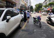 男子骑车不慎摔倒 热心街坊帮忙扶起