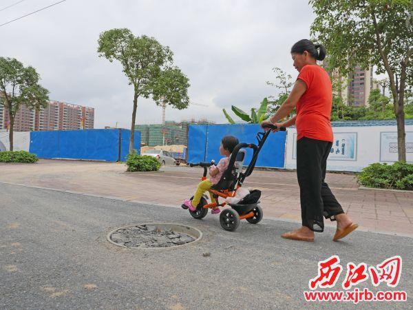 星湖大道人行道一井盖破损严重。 西江日报记者 吴威豪 摄