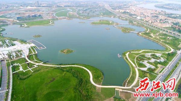 """即将完工的肇庆新区""""绿色明珠""""砚阳湖。 西江日报通讯员 施恭芳 摄"""