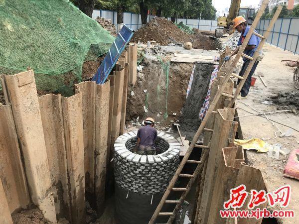 港口路上,一个直径一米多的检查井已经成型。 西江日报记者 孙林颖 摄