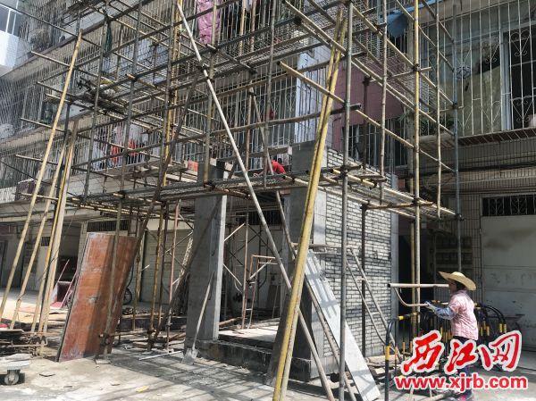 端州三路19号小区,一栋住宅楼正在加装电梯。 西江日报记者 潘粤华 摄