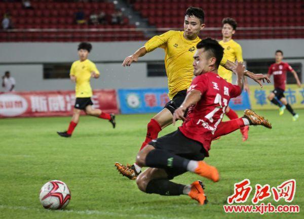 肇慶天峰東 湖隊球員(右)與恒大 足球學校隊球員在比賽 中拼搶。  西江日報記者  梁小明 攝
