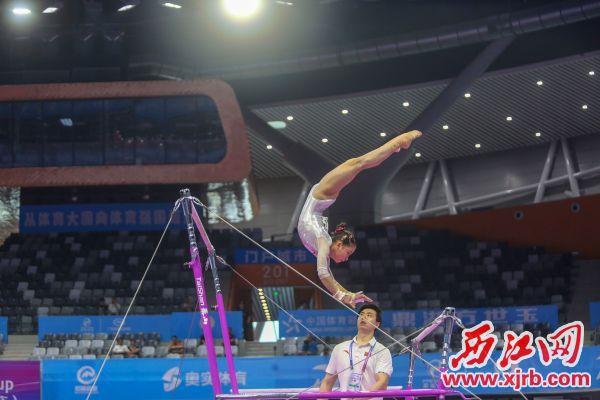 中国队女选手李诗佳在高低杠比赛中。 江日报记者 实习生 曹笑 摄