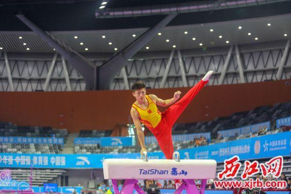 中国队选手翁浩在鞍马比赛中。 西江日报记者 实习生 曹笑 摄