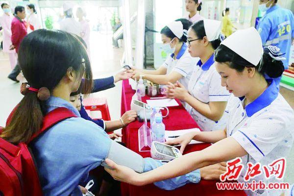 定期测量血压了解身体状况。