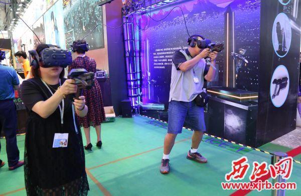 参观者在体验VR游戏。