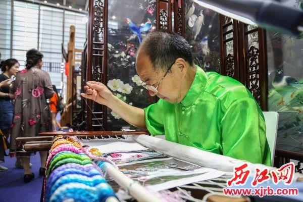 苏州刺绣现场展示。