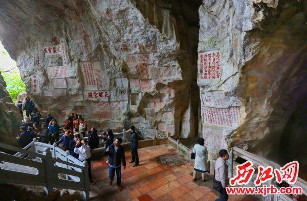 七星岩摩崖石刻千年诗廊。      西江日报记者 梁小明 摄