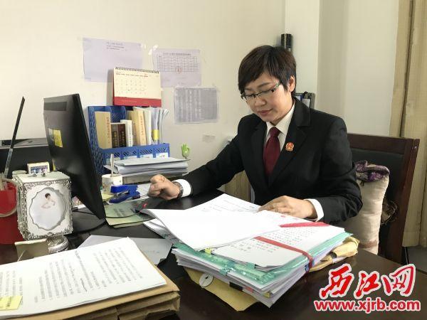 陈金珠始终保持兢兢业业的工作态度。 西江日报记者 刘浩辉 摄