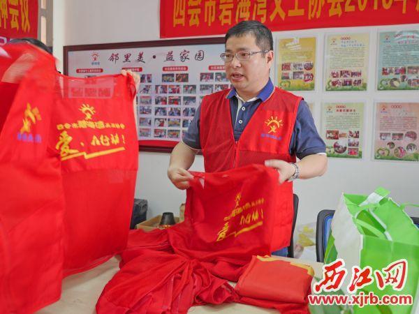 李健能在整理物品。 西江日報記者 吳威豪 攝