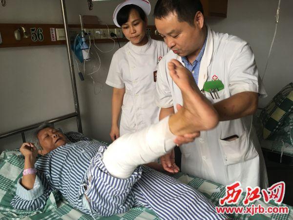 骨科主任卢新源检查冯婆婆术后状况。