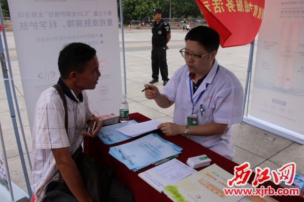 王先文主 任医师在解答 市民疑问。